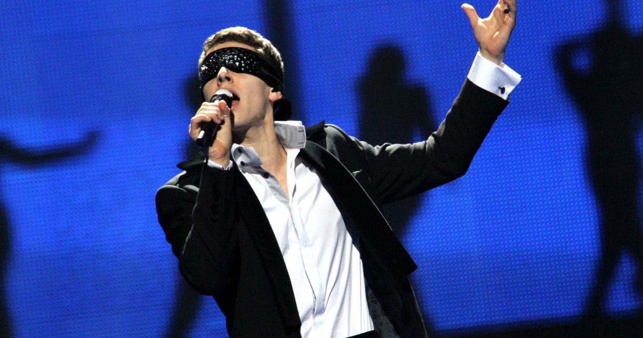 Donny Montell from Lithuania entered the stage blindfolded in 2012