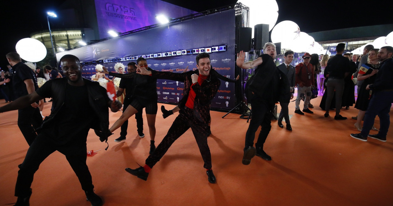 Luca Hänni (Switzerland) showing off his dance moves on the Orange Carpet.
